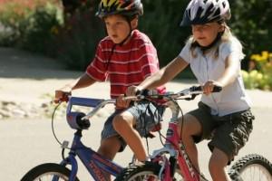 Выбираем надежную защиуа для детей при катании на велосипеде