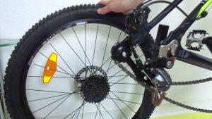 Как установить заднее колесо