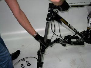 снимаем вилку с велосипеда