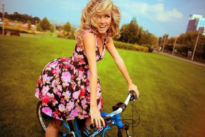 Девушка на МТБ велосипедом