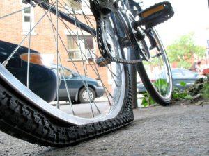 Пробитое велосипедное колесо