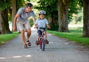 Отец учит сына кататься