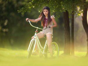 Девушка на женском велосипеде