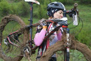 Девушка с кросс-кантри велосипедом