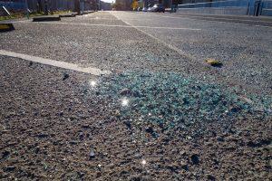 Разбитое стекло на асфальте
