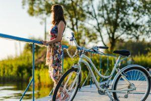 Девушка около женского велосипеда