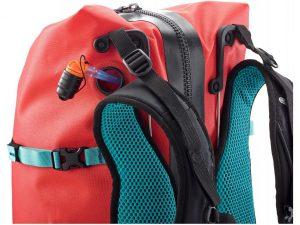 Отверстие в контуре рюкзака для трубки