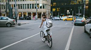 Велорайдер на дороге