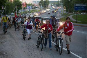 Спешившиеся велосипедисты